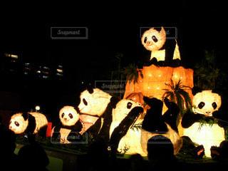夜のディスプレイ上のぬいぐるみの動物のグループの写真・画像素材[921911]