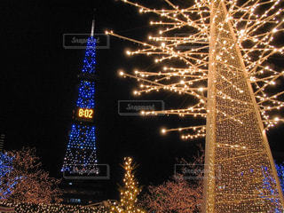近くに背の高い建物のアップが夜ライトアップの写真・画像素材[922072]