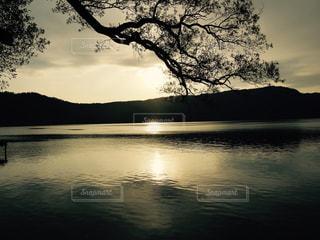 十和田湖に沈む夕日の写真・画像素材[922140]