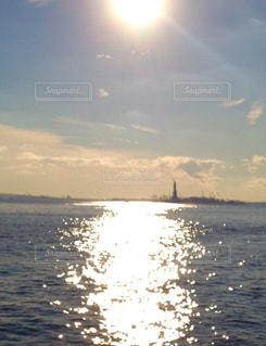 自由の女神に沈む夕日の写真・画像素材[922143]