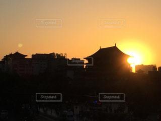 夕暮れ時の都市の景色の写真・画像素材[964762]