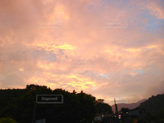夕暮れ雲がきらめくの写真・画像素材[964789]