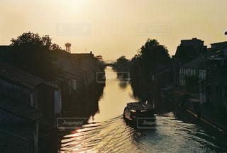 夕陽の運河を進む舟の写真・画像素材[964790]