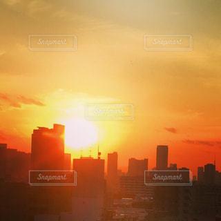 夕暮れ時の都市の景色の写真・画像素材[966258]