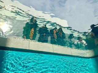 水のプール、水中からプールサイドの写真・画像素材[1032854]