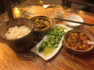 古民家風のテーブルに家庭料理風の料理の写真・画像素材[1080675]