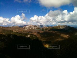 雪山と低い雲がたなびくの写真・画像素材[1109116]