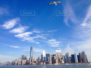 リズミカルな雲が浮くマンハッタンの写真・画像素材[1109241]