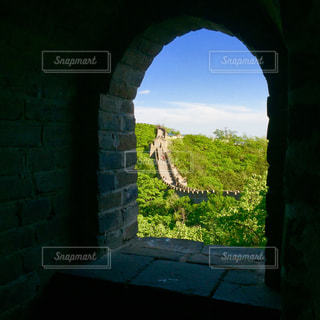 長城の窓から覗く長城の写真・画像素材[1109426]
