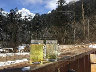 雪山の麓のテーブルの上のお茶タイムの写真・画像素材[1109653]