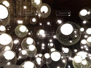 ホテルレストランの天井照明の写真・画像素材[1113015]