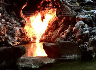 ハート♥️型の洞窟と火に見えないかな?の写真・画像素材[1115553]