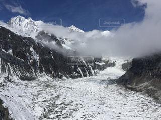 雪に覆われた山の写真・画像素材[1213805]