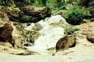 岩が多い崖の上の大きな滝の写真・画像素材[1491006]