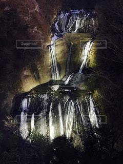 ライトアップの滝の写真・画像素材[1491077]