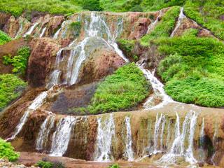 みどりに散らばる白い滝の写真・画像素材[1491501]