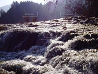 日に光る滝上の流れの写真・画像素材[1491585]