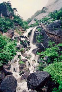 岩が多い区域で大きな滝の写真・画像素材[1491609]
