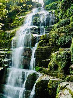 階段のような岩をw流れ落ちる滝の写真・画像素材[1491622]