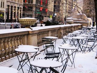 雪のニューヨーク街角のカフェテラスの写真・画像素材[1683888]