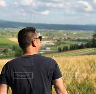 麦畑に佇むオヤジの写真・画像素材[1708146]
