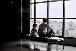 親子,ベンチ,白黒,男,ガラス,背中,美術館,父,名古屋,昔の写真,ミュージーアム