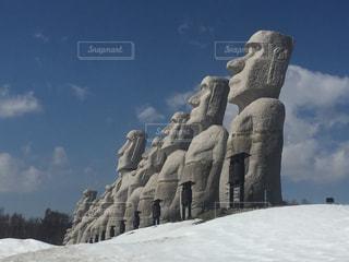雪原を望むモアイ像群の写真・画像素材[1762285]