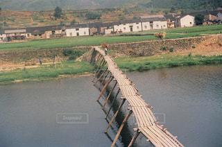農村の川に架かる木橋の写真・画像素材[2960397]