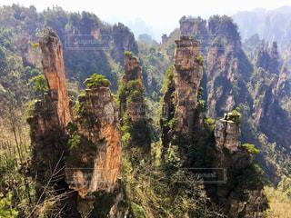 武陵源を背景にした峡谷の写真・画像素材[3203946]