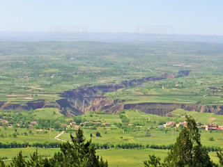黄土高原の谷を渡る列車の写真・画像素材[3204801]