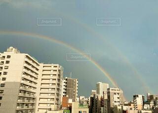 街の上にかかる二重の虹の写真・画像素材[4642183]