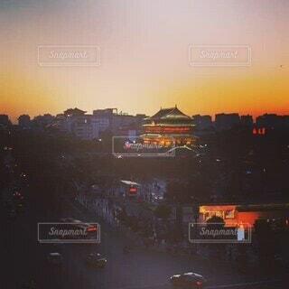 夕焼け,バス,旧市街,夕闇,ツバメ,鐘楼,燕,動画,スロー,西安,鼓楼,飛び交う,タイムプラス