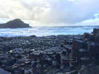 水の体の横にある岩のビーチの写真・画像素材[787146]