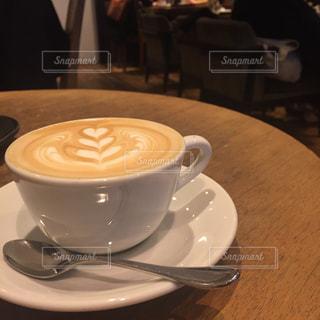 テーブルの上のコーヒー カップの写真・画像素材[870749]