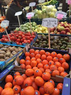 様々 な新鮮な果物や野菜の展示の写真・画像素材[897340]
