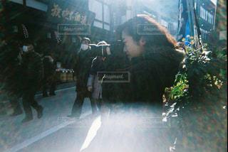 店の前に立っている人の写真・画像素材[1020335]