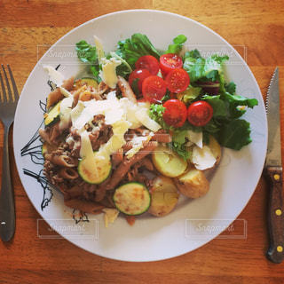 テーブルの上に食べ物のプレートの写真・画像素材[1043382]
