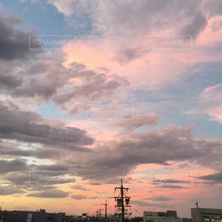 都市と曇り空に沈む夕日の写真・画像素材[960189]