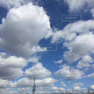 青い空に雲の写真・画像素材[1101020]