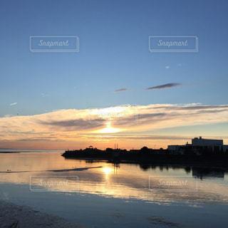 水の体に沈む夕日の写真・画像素材[1864735]