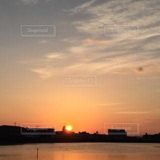 水の体に沈む夕日の写真・画像素材[1868322]