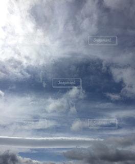 空には雲のグループの写真・画像素材[1868673]