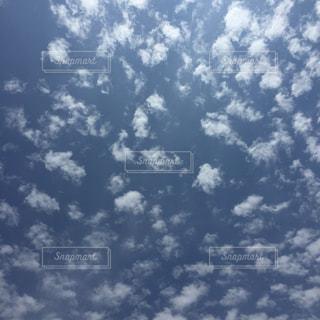 空には雲のグループの写真・画像素材[1870134]