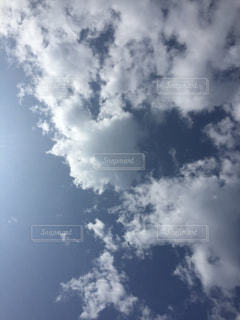 空には雲のグループの写真・画像素材[1873693]