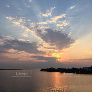水の体に沈む夕日の写真・画像素材[1873705]