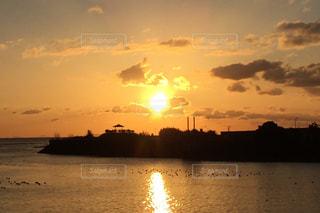 水の体に沈む夕日の写真・画像素材[1877513]