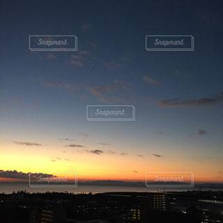 水の体に沈む夕日の写真・画像素材[1877532]