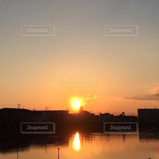 水の体に沈む夕日の写真・画像素材[1877547]