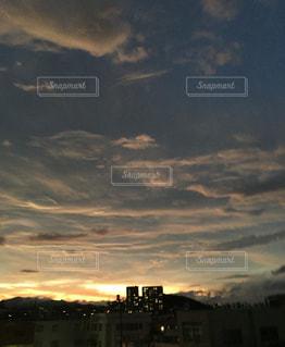夕暮れ時の都市の景色の写真・画像素材[1877556]