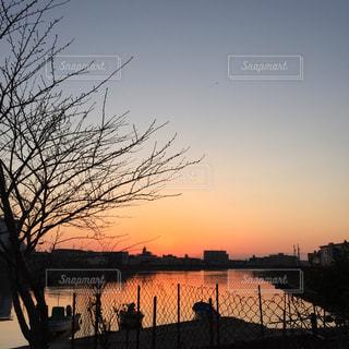 水の体に沈む夕日の写真・画像素材[1877597]